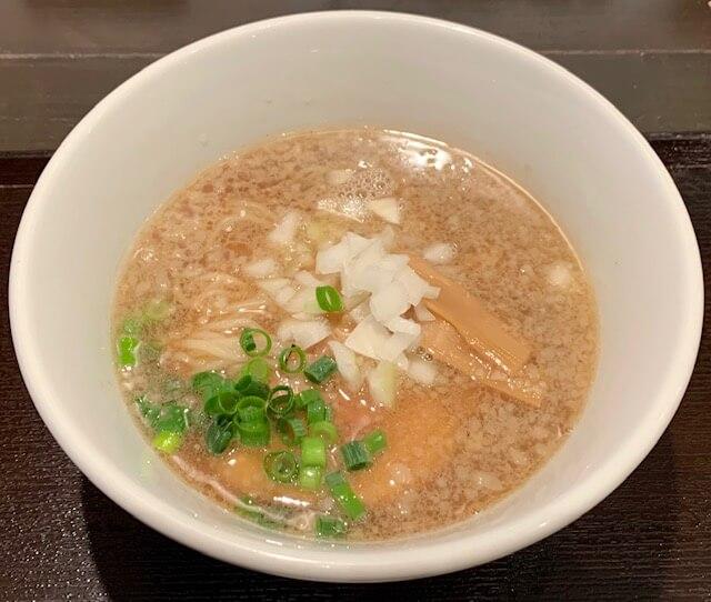 「江戸麺屋 粋と野暮」隠れ家的な落ち着いた空間。濃厚醤油スープが自慢。熊本・並木坂(上通り)/中華そば・つけめん・ラーメン