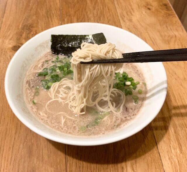 「博多ラーメン 一燈灯」濃厚なスープはクリーミーで奥深い味わい。上通りで本場の博多豚骨ラーメンが味わえるお店。熊本・上通り/ラーメン・つけ麺