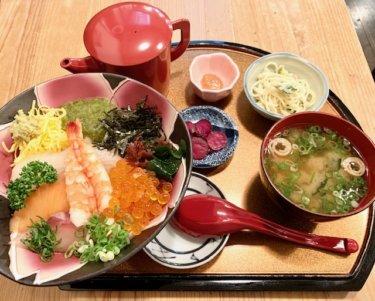 「天草海食まるけん」一度で三度おいしい豪華な海鮮丼が味わえるお店♪うにコロッケもおすすめですよ。